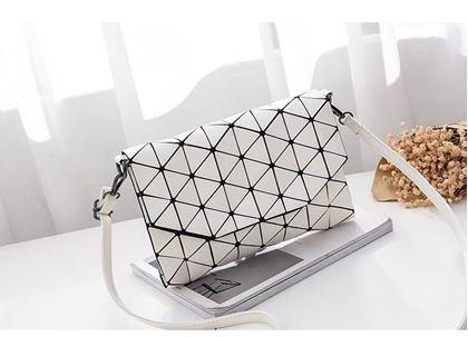 Obrázek z Geometrická kabelka - lesklá bílá