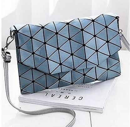 Obrázek Geometrická kabelka - lesklá modrá