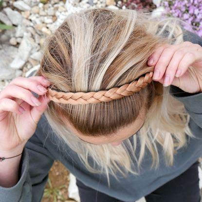 blond čelenka s copánkem